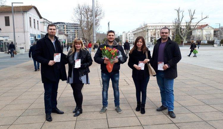 Младежи от БСП – Бургас зарадваха бургазлийки по случай 8-ми март