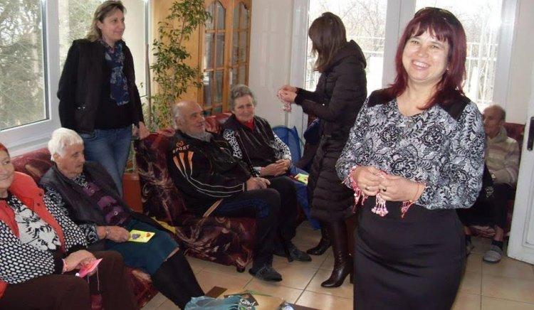 Милена Радева и Андрей Андреев закичиха с мартеници обитателите на Дома за стари хора в Айтос